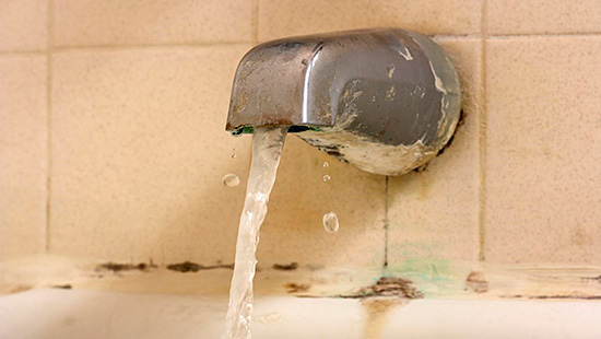 Неисправные сантехнические приборы нужно отремонтировать или заменить