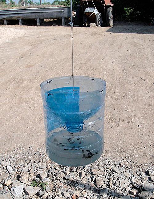 Большой бутыль разрезается и скрепляется так же, как полторалитровая бутылка