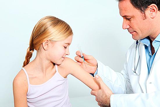 Против энцефалита делаются прививки в тех регионах, где есть повышенная опасность укуса клещей