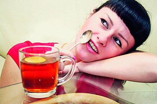 Горячая ложка на очаг заболевания – один из народных способов лечения