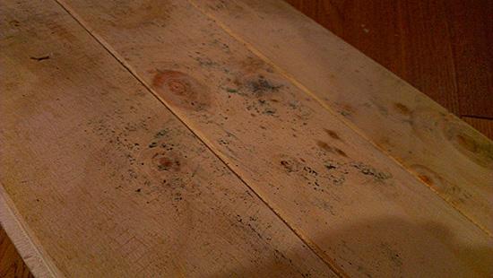Зараженная плесенью поверхность деревянной доски