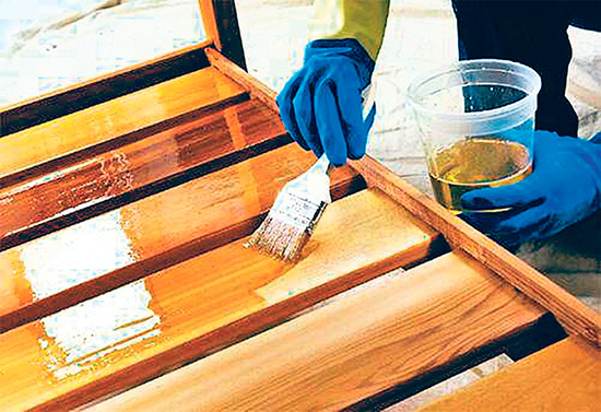 Нанесение антисептика на деревянную поверхность