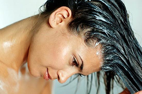 Шампунь нужно равномерно распределить по волосам