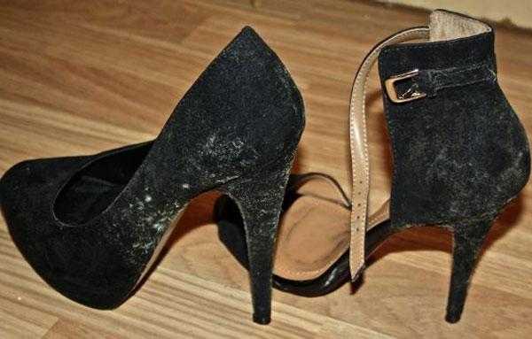 На женской обуви плесень