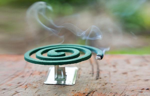 Установленная на улице спиралька от комаров